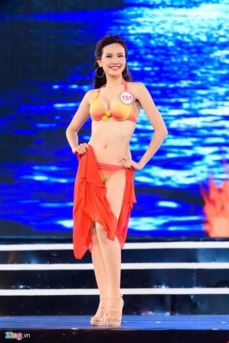 Hiện cô theo học Đại học Kinh tế Quốc dân Hà Nội