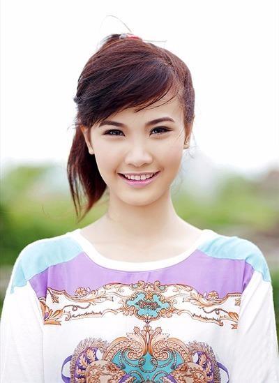 Hương Ly từng lọt vào top 4 nữ sinh xuất sắc nhất miền Bắc tham dự chung kết toàn quốc và giao lưu văn hóa tại Thái Lan
