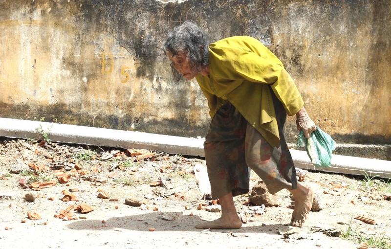 Cụ bà 90 tuổi lưng còng, tóc bạc vẫn trồng ngô tỉa bắp - ảnh 2