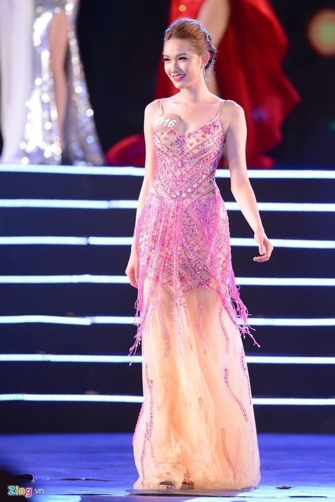 Á hậu 2 Võ Quỳnh Giao sinh năm 1996, hiện đang sinh sống tại Mỹ. Với chiều cao 1m76, số đo ba vòng 86-62-92