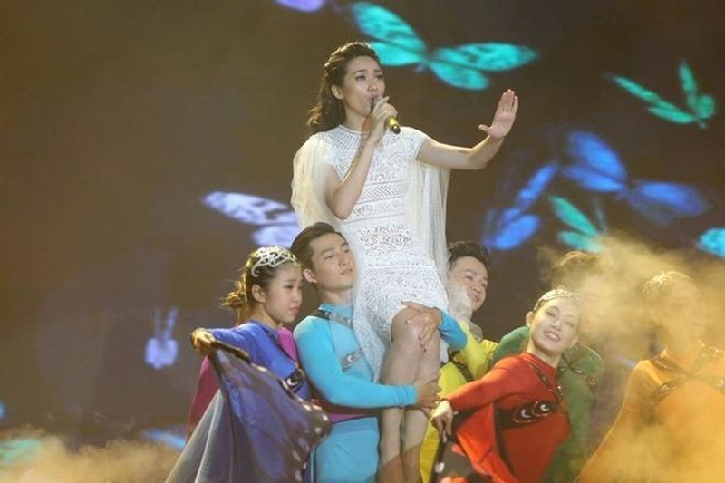 Trương Kiều Diễm, cô gái quê Quảng Nam, về nhì với tỉ lệ bình chọn khoảng 19%. Ở phần thi solo, cô thể hiện khả năng sáng tác với ca khúc Đôi cánh. Cô được Tùng Dương nhận xét có phong cách của một nghệ sĩ thực thụ, trình diễn giàu cảm xúc. Ảnh: VNE