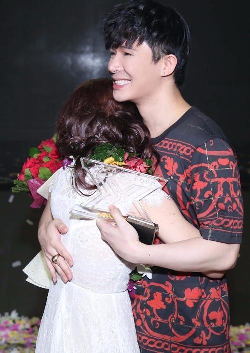 Sau phút đăng quang, Minh Như vui sướng ôm chặt Nathan Lee, cảm ơn 'đàn anh' đã nhiệt tình hỗ trợ cô những ngày qua. Ảnh Ngoisao.net.