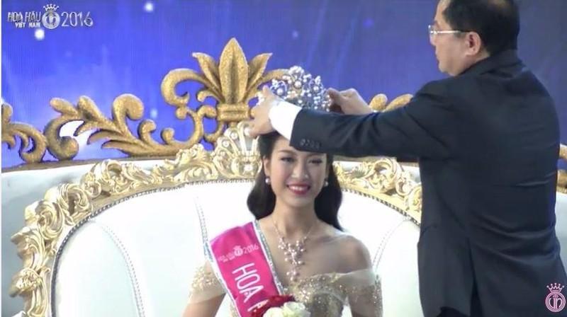 Mỹ Linh từng lọt top 15 cuộc thi Hoa hậu Hoàn vũ Việt Nam 2015, nhờ lợi thế đó cô đã đăng quang với vương miện trị giá 2,2 tỉ đồng.