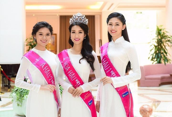 Ba người đẹp trong tà áo dài truyền thống của nhà thiết kế Thuận Việt
