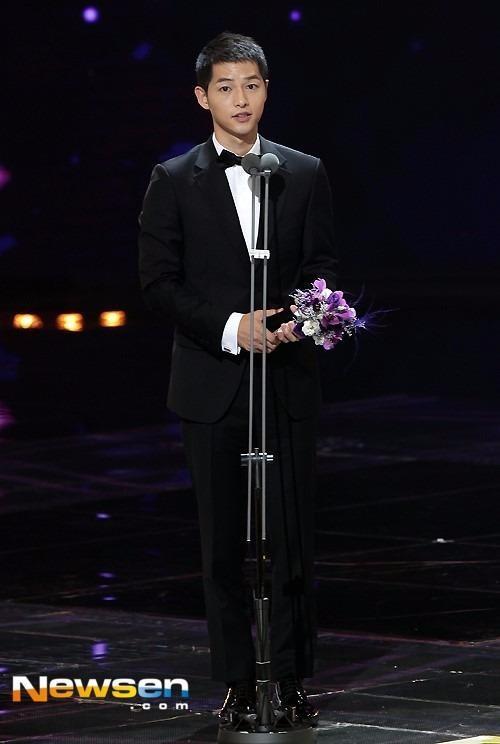 Ê-kíp Hậu duệ mặt trời còn được trao thêm giải Phim truyền hình Hàn đặc sắc.