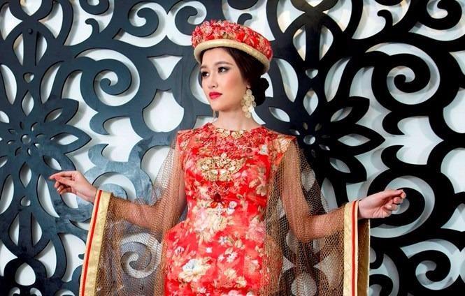 Phương Chi trong bộ trang phục dân tộc của nhà thiết kế Võ Việt Chung. Ảnh: LONG THỦY