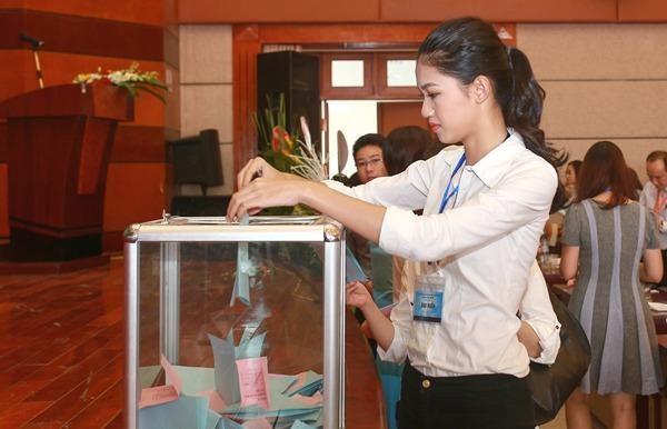 Thanh Tú mặc giản dị và rất hòa đồng với mọi người trong ngày dự Đại hội thành lập Hội Luật quốc tế Việt Nam vào ngày 17-9. Ảnh Ngôi sao.