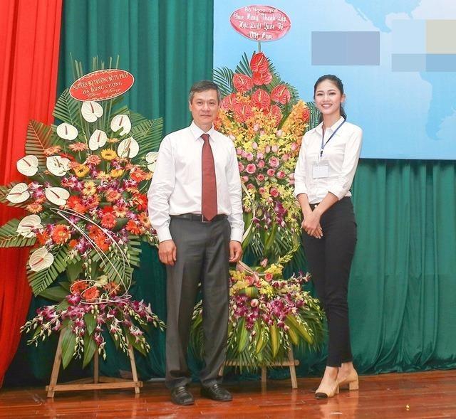 Tham dự vào Hội Luật Quốc tế Việt Nam là vinh dự rất lớn với một người mới ra trường như Á hậu Thanh Tú. Ảnh Dân Trí