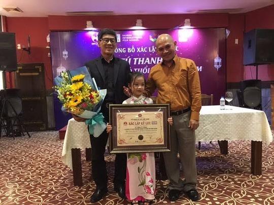 """Tú Thanh, ca nương được phát hiện trong chương trình """"Người hùng tí hon 2016"""", đã nhận chứng nhận kỷ lục Nghệ sĩ hát các dòng nhạc cổ truyền dân tộc nhỏ tuổi nhất do Kỷ lục Guinness Việt Nam xác lập. Ảnh NLĐO."""