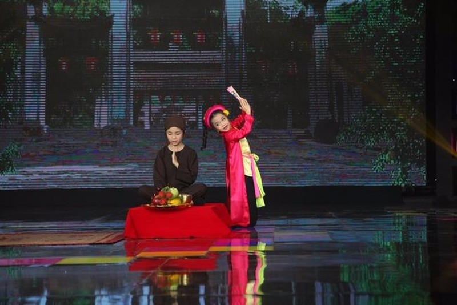 """Tú Thanh (trái) biểu diễn hát văn """"Thị Mầu lên chùa"""".  Ảnh kenh14.vn"""