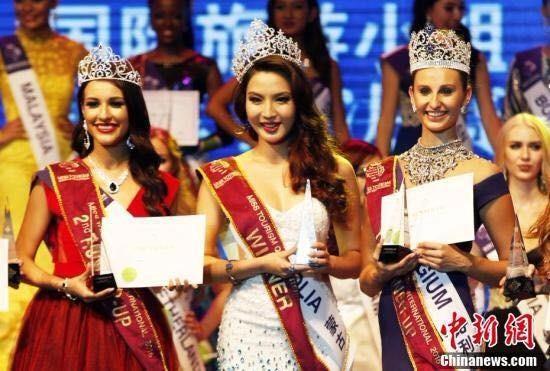 Nữ hoàng du lịch quốc tế 2016 - Người đẹp Anu Namahir cùng hai Á hậu.  Ảnh Dân trí