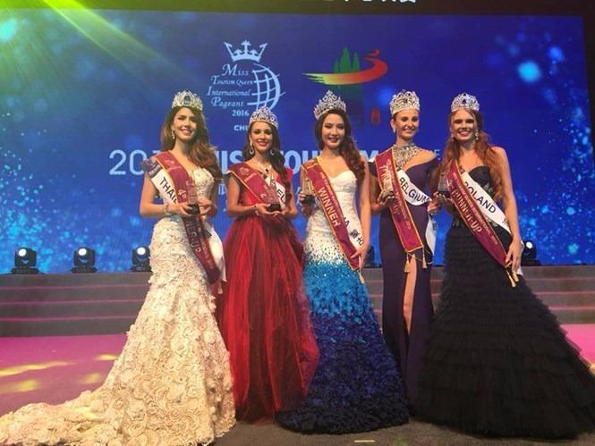 Anu Namshir, người đẹp Mông Cổ (sinh năm 1991) lên ngôi Nữ hoàng du lịch quốc tế 2016 (giữa) với giải thưởng tiền mặt trị giá 10.000 USD. Á hậu 1 thuộc về Hoa hậu Bỉ, Á hậu 2 thuộc về người đẹp Belarus. ẢNH: G.B