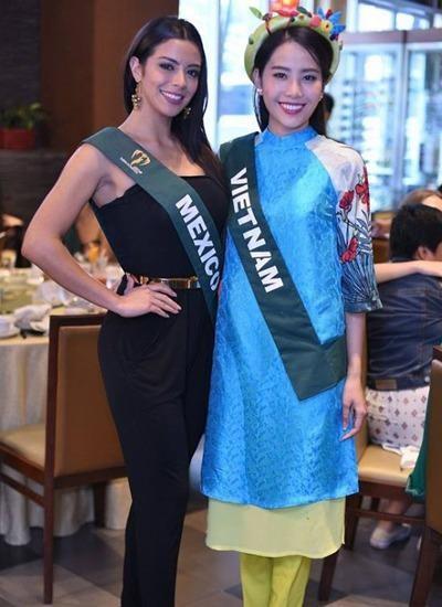 Nam Em mặc áo dài cách điệu của nhà thiết kế Thủy Nguyễn trong một buổi tiệc. Ảnh VNE