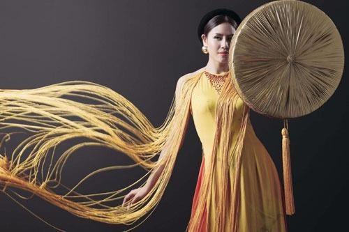 Trang phục của Nguyễn Thị Loan do nhà thiết kế Vũ Việt Hà thực hiện. Ảnh VNE.