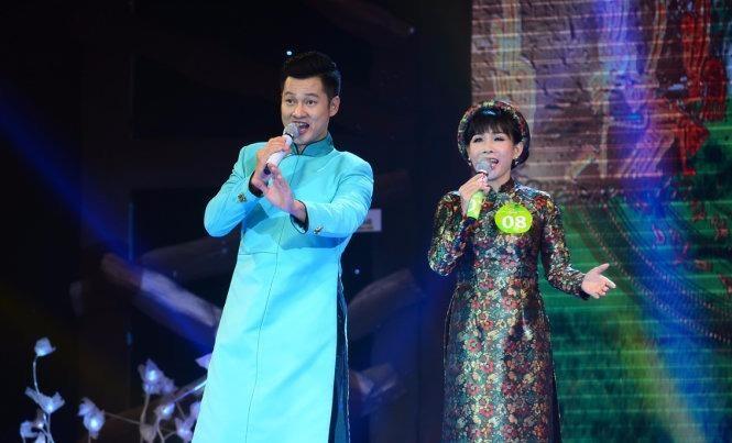 Hồng Vân song ca cùng ca sĩ khách mời Đức Tuấn ca khúc Tình ca - Ảnh: TTO
