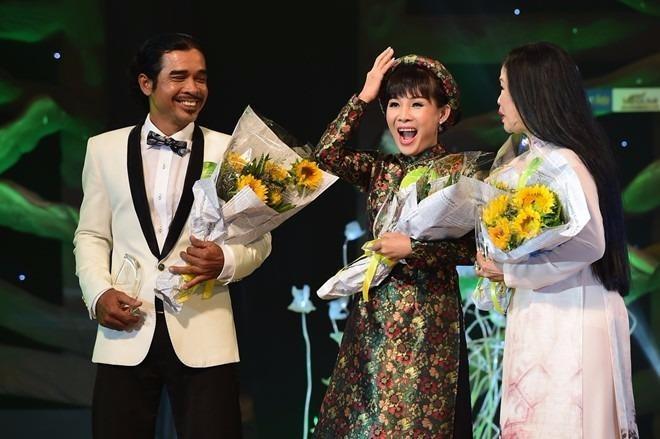 Thí sinh Hồng Vân (giữa) đăng quang Tiếng hát mãi xanh 2016. Ảnh: ZING