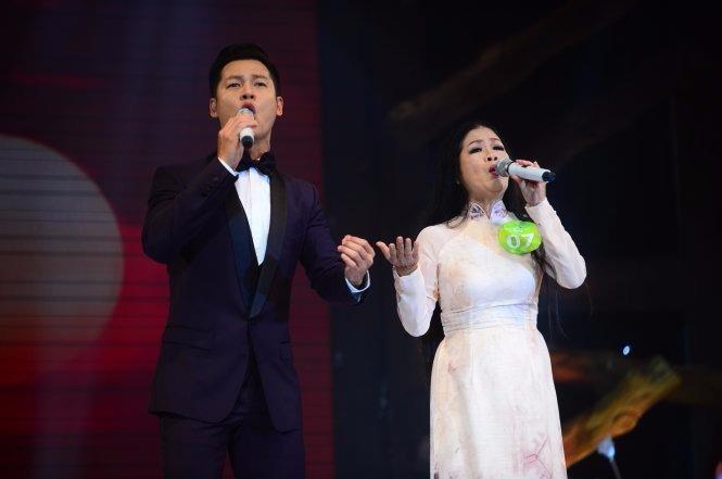 Kim Lan song ca cùng ca sĩ khách mời Đức Tuấn ca khúc Xin mặt trời ngủ yên - Ảnh: TTO