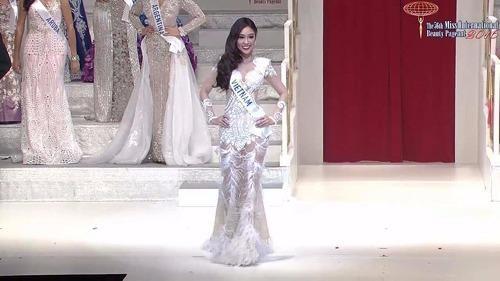 Phạm Ngọc Phương Linh diện váy dạ hội xuyên thấu trên sân khấu chung kết. Ảnh VNE