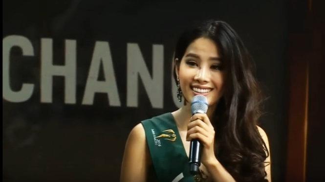 Phần trả lời ứng xử của người đẹp Nam Em khi lọt vào Top 8 Miss Earth 2016 rất đáng tiếc bởi cô bối rối, trả lời bằng tiếng Việt và người phiên dịch thì rất… ấp a ấp úng, có thể nói là 'thảm họa'. Ảnh TTO