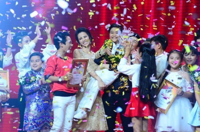 Cậu bé 9 tuổi từ Hà Nội của đội Đông Nhi - Ông Cao Thắng nhận giải thưởng 500 triệu đồng khi chiến thắng The Voice Kids - Giọng hát Việt nhí 2016 trong đêm chung kết trao giải tối 29-10 tại TP.HCM. Ảnh TTO