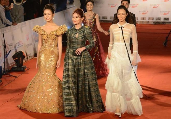 Các người đẹp Hoa hậu Việt Nam 2016 gồm Phùng Bảo Ngọc Vân, Á hậu Thuỳ Dung, Thuỷ Tiên (từ trái qua) sánh bước. Ảnh VNE