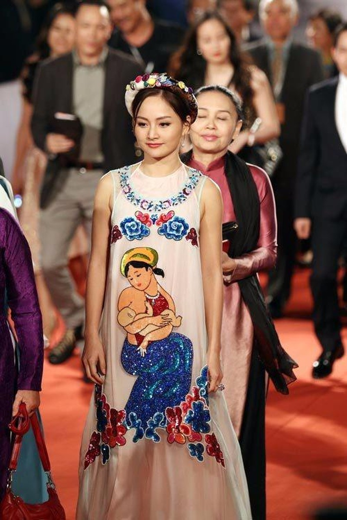 Diễn viên Lan Phương nổi bật trong trang phục in họa tiết tranh dân gian kết hợp khăn vấn. Ảnh VNE