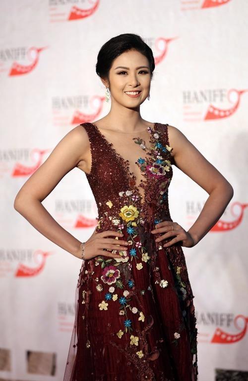 Hoa hậu Ngọc Hân lộng lẫy trong bộ cánh ren đính hoa rực rỡ của NTK Hoàng Hải xuất hiện từ sớm. Người đẹp đảm nhận vai trò MC trên thảm đỏ của sự kiện. Ảnh NGÔI SAO