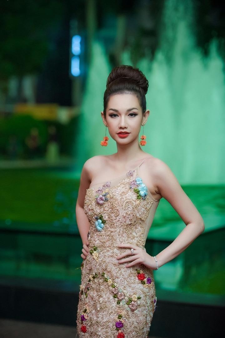 Quỳnh Chi gợi cảm trên thảm đỏ Liên hoan phim. Ảnh VTC