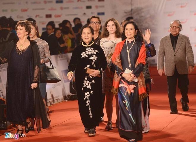 Hai diễn viên gạo cội Trà Giang và Ngọc Lan rạng rỡ trong tà áo dài truyền thống. Nghệ sĩ Trà Giang từng chia sẻ khi tham dự các kỳ liên hoan phim quốc tế trước đây, chị luôn mặc áo dài. Ảnh ZING