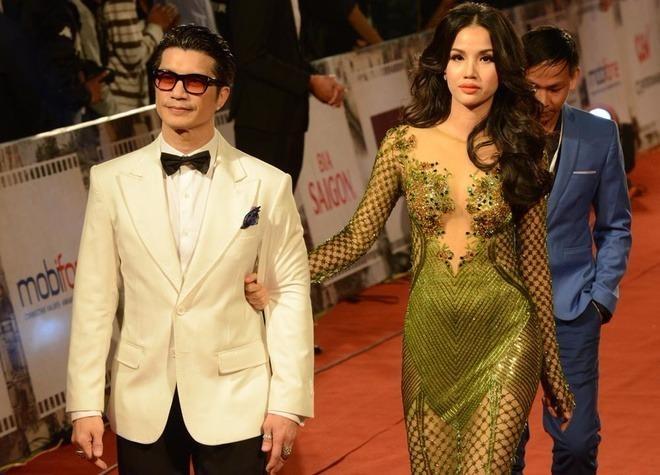 Người mẫu Bebe Phạm diện váy xuyên thấu, sánh bước bên chồng là đạo diễn Dustin Nguyễn. Phim Trúng số do cặp nghệ sĩ thực hiện tranh giải chính ở liên hoan năm nay. Ảnh VNE