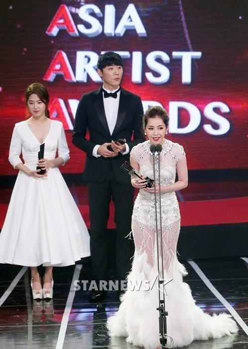 Nữ diễn viên chia sẻ cảm xúc sau khi được tôn vinh ở hạng mục Ngôi sao mới châu Á. Ảnh ZING