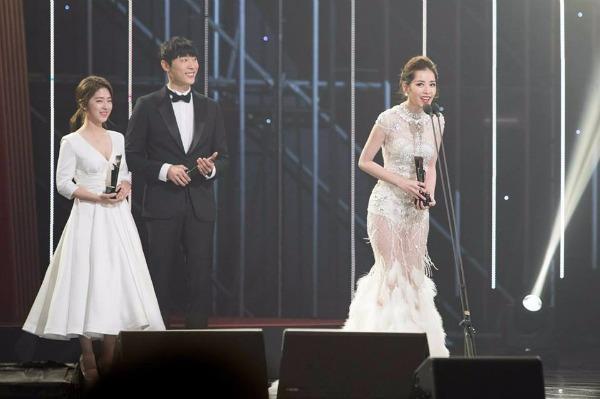 Chi Pu là đại diện đầu tiên và duy nhất của Việt Nam. Người đẹp 9x nhận giải Rising Star - ngôi sao triển vọng của châu Á. Trong bài phát biểu của mình, Chi Pu cho biết cô rất vinh dự khi nhận được giải. Ảnh NGÔI SAO