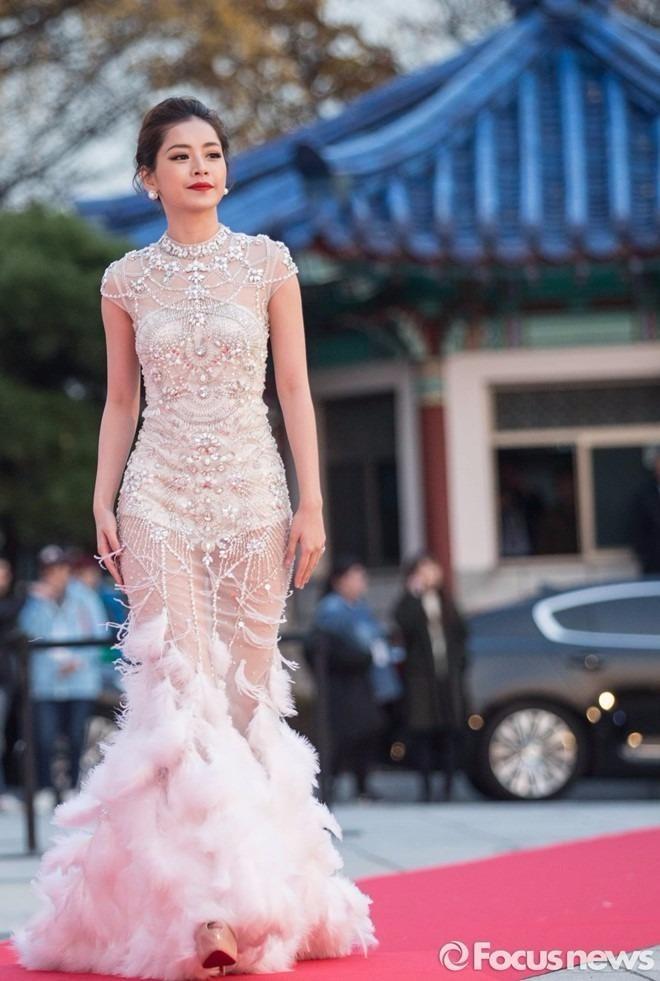 Trong tối lễ trao giải, Chi Pu đã giao lưu, trò chuyện cùng nhiều nghệ sĩ nổi tiếng như Yoona và Park Shin Hye. Ảnh ZING