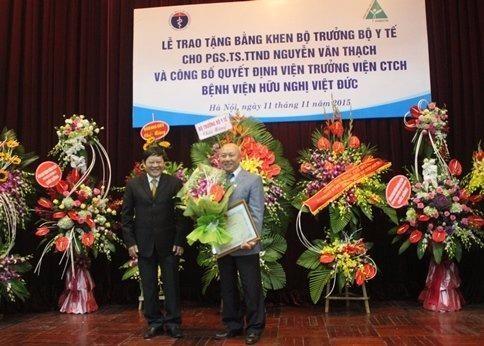 PGS. TS Nguyễn Văn Thạch từng đảm nhận chức vụ Phó giám đốc Bệnh viện Việt Đức và được Bộ trưởng Bộ Y Tế trao bằng khen tháng 11-2015. Ảnh VIETNAMNET.