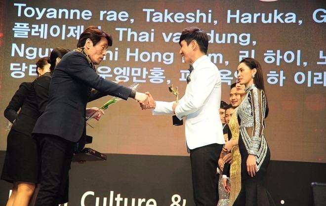 Lý Hải phải vượt qua những đối thủ nặng ký đến từ các nước trong khu vực để giành giải Đạo diễn xuất sắc nhất châu Á. Ảnh Zing.