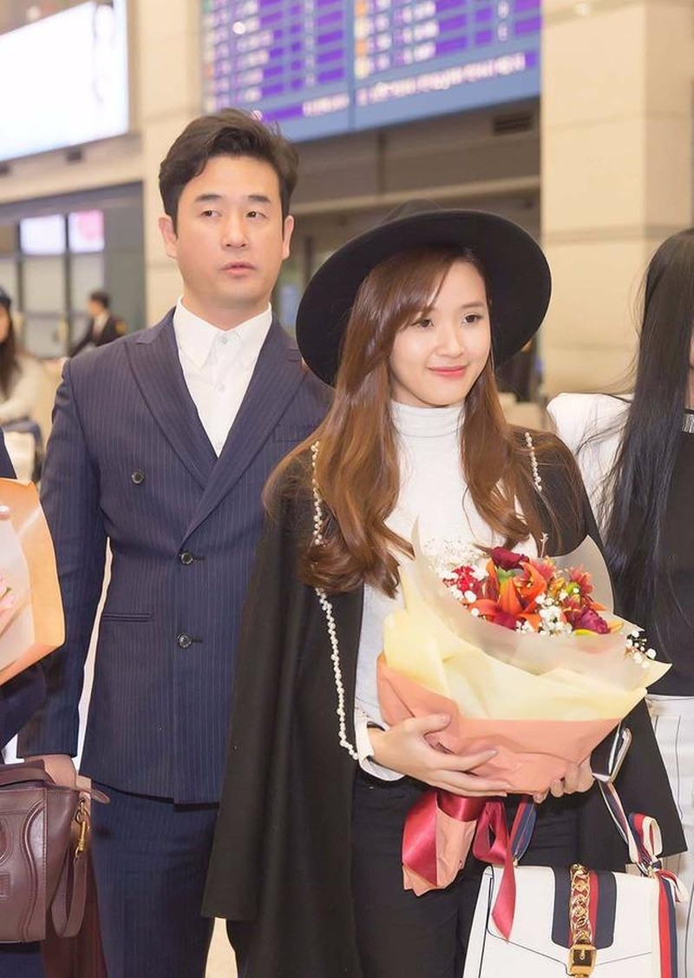 Khi đến sân bay Hàn Quốc, Midu được đạo diễn Hàn Quốc và giám đốc công ty SRB ra tận sân bay đón và tặng hoa. Ảnh Dân trí.
