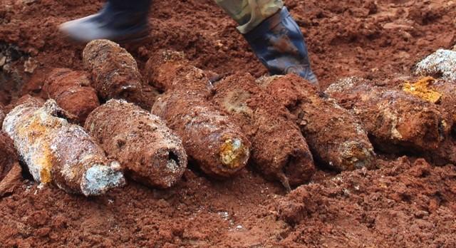 Đào đường, phát hiện gần 80 quả mìn chống tăng, đầu đạn - ảnh 3