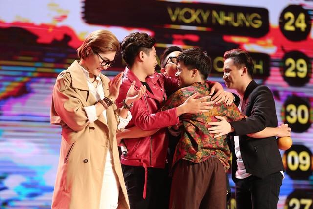 Các thí sinh chúc mừng Bùi Công Nam, Phan Mạnh Quỳnh vào Chung kết.
