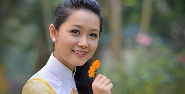 Thu Hà theo học khoa Tài chính - Ngân hàng, ĐH Ngoại thương. Người đẹp tốt nghiệp tháng 6-2010.