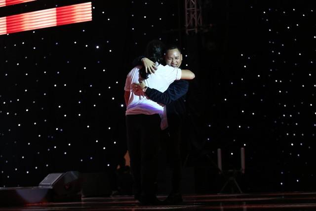 HLV Nguyễn Hải Phong cũng lên sân khấu và ôm chầm Lê Minh Sơn vì quá phấn khích.