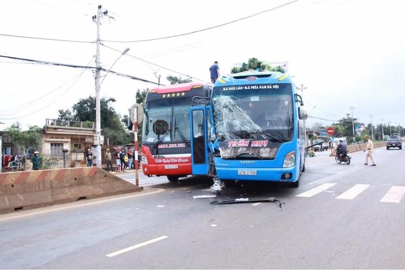 Xe khách tông lật xe tải, 2 người bị thương nặng - ảnh 2
