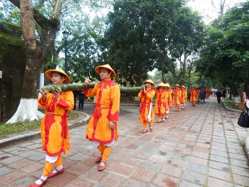 Dựng cây nêu đón tết tại hoàng cung Huế - ảnh 2