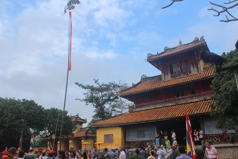 Dựng cây nêu đón tết tại hoàng cung Huế - ảnh 3