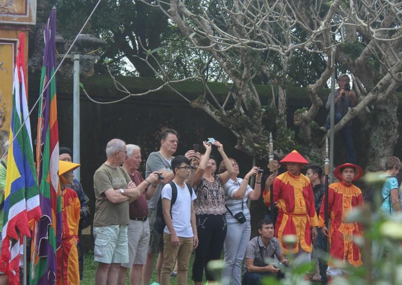 Dựng cây nêu đón tết tại hoàng cung Huế - ảnh 4