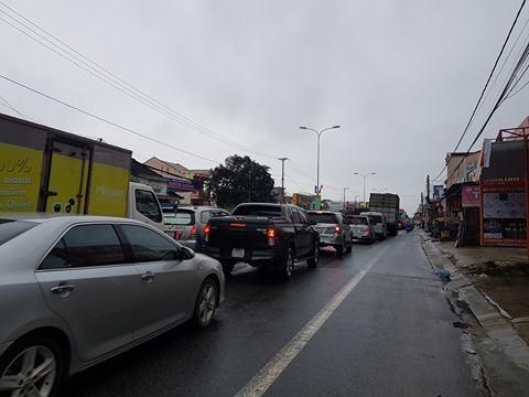 Kẹt xe cả chục cây số, CSGT điều phương tiện vá 'ổ voi' - ảnh 3