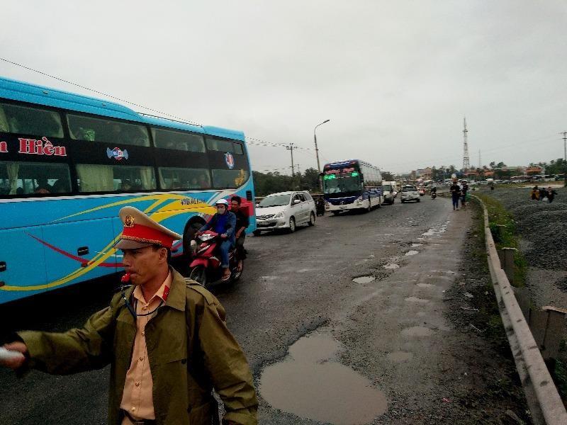 Kẹt xe cả chục cây số, CSGT điều phương tiện vá 'ổ voi' - ảnh 1