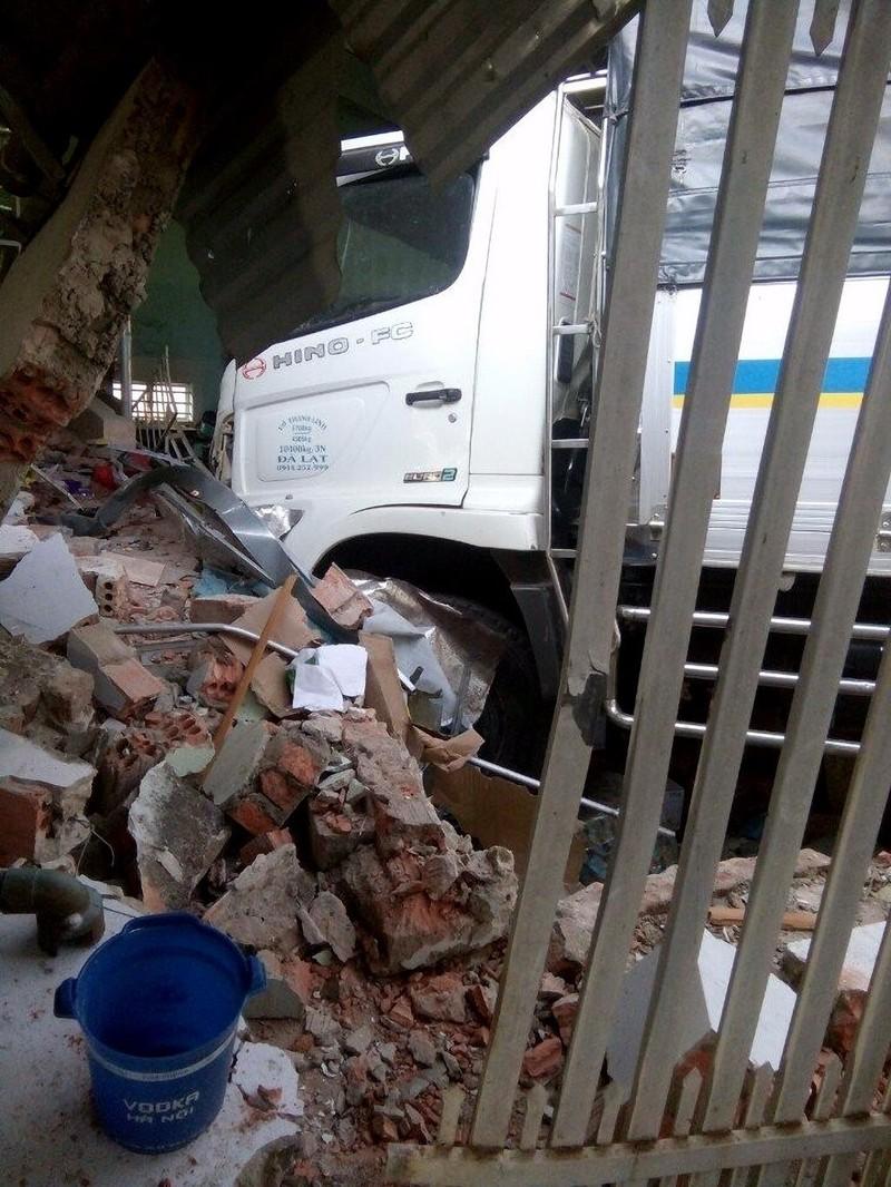 Xe tải phá nát dải phân cách, tông sập tiệm tạp hóa - ảnh 1
