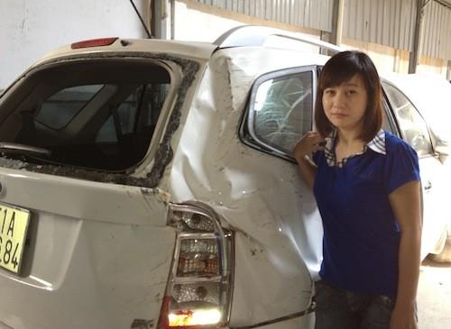 Vụ tai nạn đã ảnh hưởng không nhỏ tới tâm lý và tài sản của Cát Phượng. Chị tỏ ra rất hoang mang, sợ hãi, còn chiếc xe thì bị hư hỏng nặng.