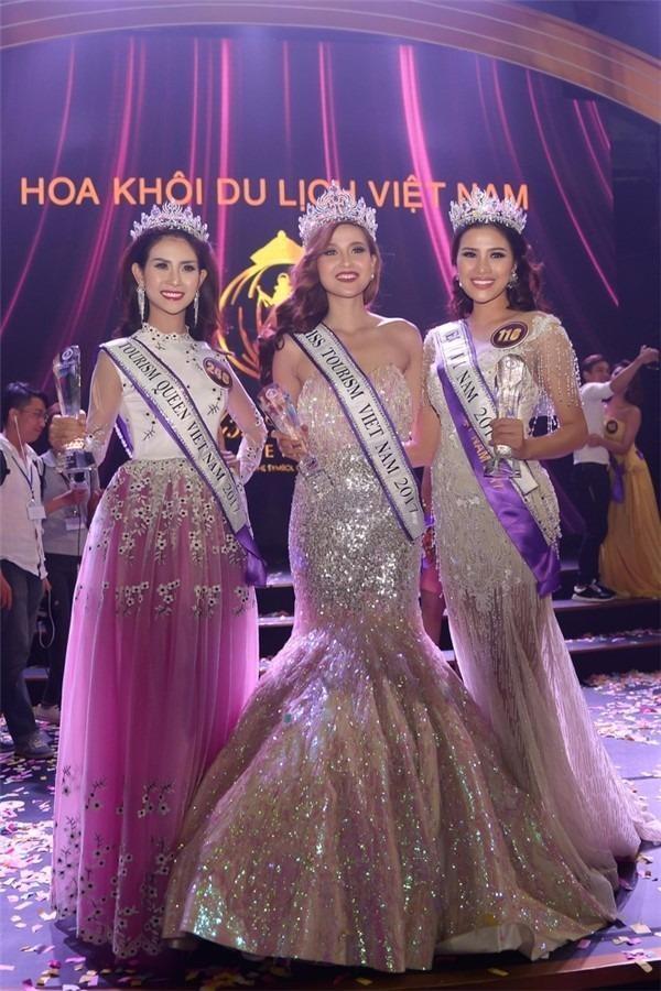 Nguyễn Thị Thành (ngoài cùng bên phải) tại cuộc thi Hoa khôi Du lịch Việt Nam.