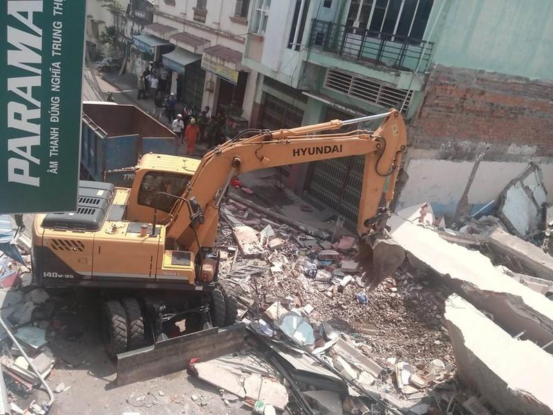 Nhà 3 tầng bất ngờ đổ sập, nghi nhiều người bị vùi lấp - ảnh 1